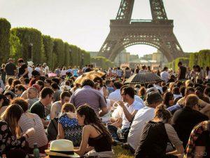 Vista de la Torre Eiffel en un día muy visitado