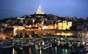 Vista del aratdecer de Marsella desde el puerto