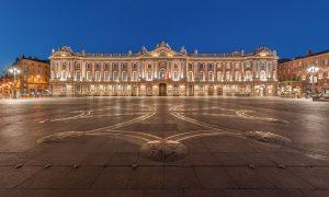 El Capitolio de Toulouse y la plaza del mismo nombre. Se observa la cruz occitana diseñada por Raymond Moretti en el suelo.